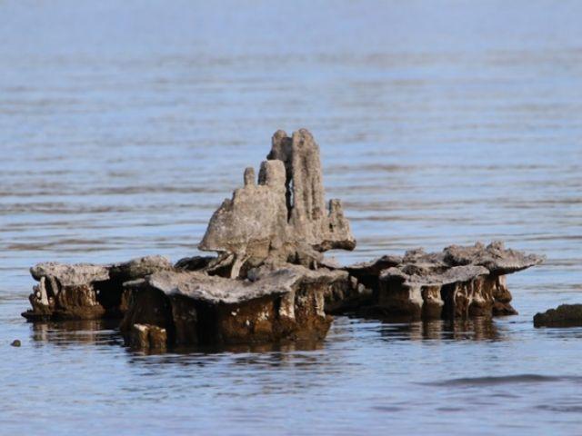 Van Gölü suyu çekilmesiyle tarihi kalıntılar gün yüzüne çıktı