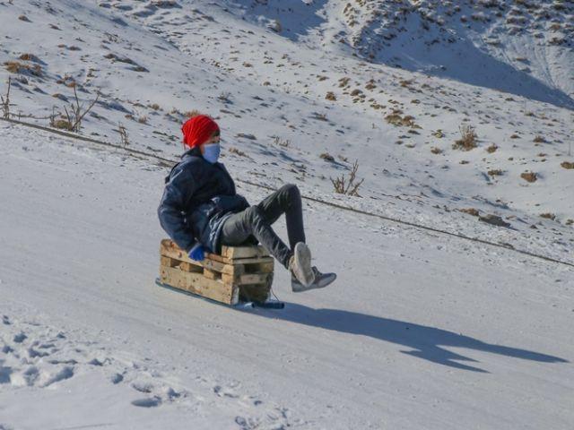 Vanlı çocuklar karlı tepeleri kayak pistine dönüştürdü
